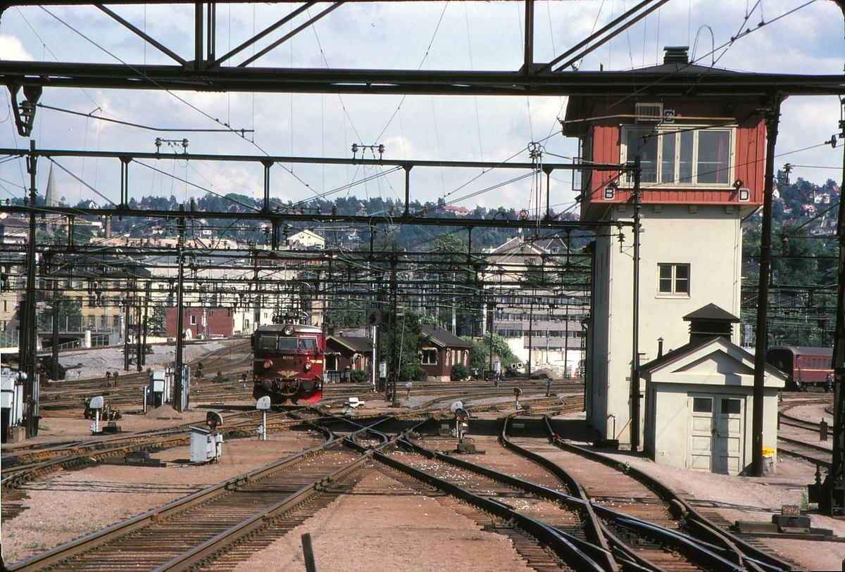 Sporområde på Oslo S, den gamle Østbane-delen. I en periode etter at Oslo S åpnet i 1980 var den del av den gamle stasjonen i drift. Her ser vi stillverket, der sporveksler og signaler styres i fra. Et lokomotiv type El 13 er på vei ned fra lokomotivstallen i Lodalen til togstammen i togspor.