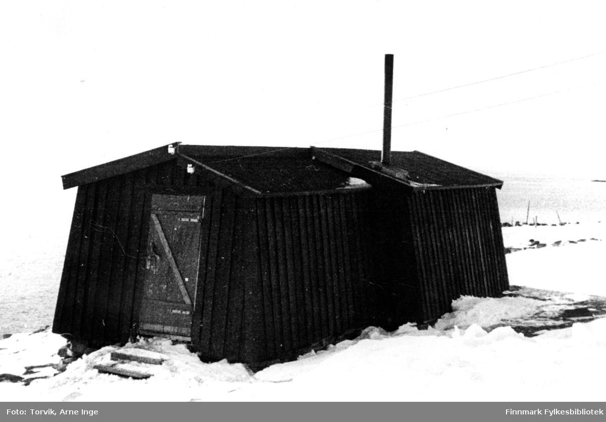 Vanlig brakketype i 1930 årene. Bredde 4m lengde mellom 4,8 til 8m alt etter behov. Sommerbrakka enkel bordvegg, vinterbrakka pappslått og torvilt. Brakka sto på anlegget Karlebotn-Gandvik, ble revet og flyttet til Vestre Jakobselv og gjorde nytte for seg som kjøkkenbrakke for Vadsø Sykehus etter bombingen 23.08.44.