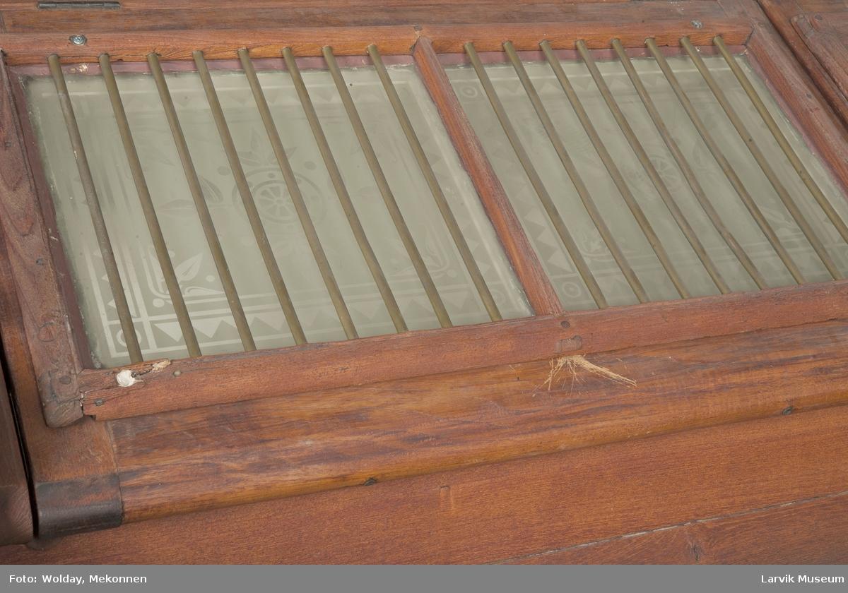 Form: Rektangulær Lys, luft til salong under dekk. Sittebenk på dekk.