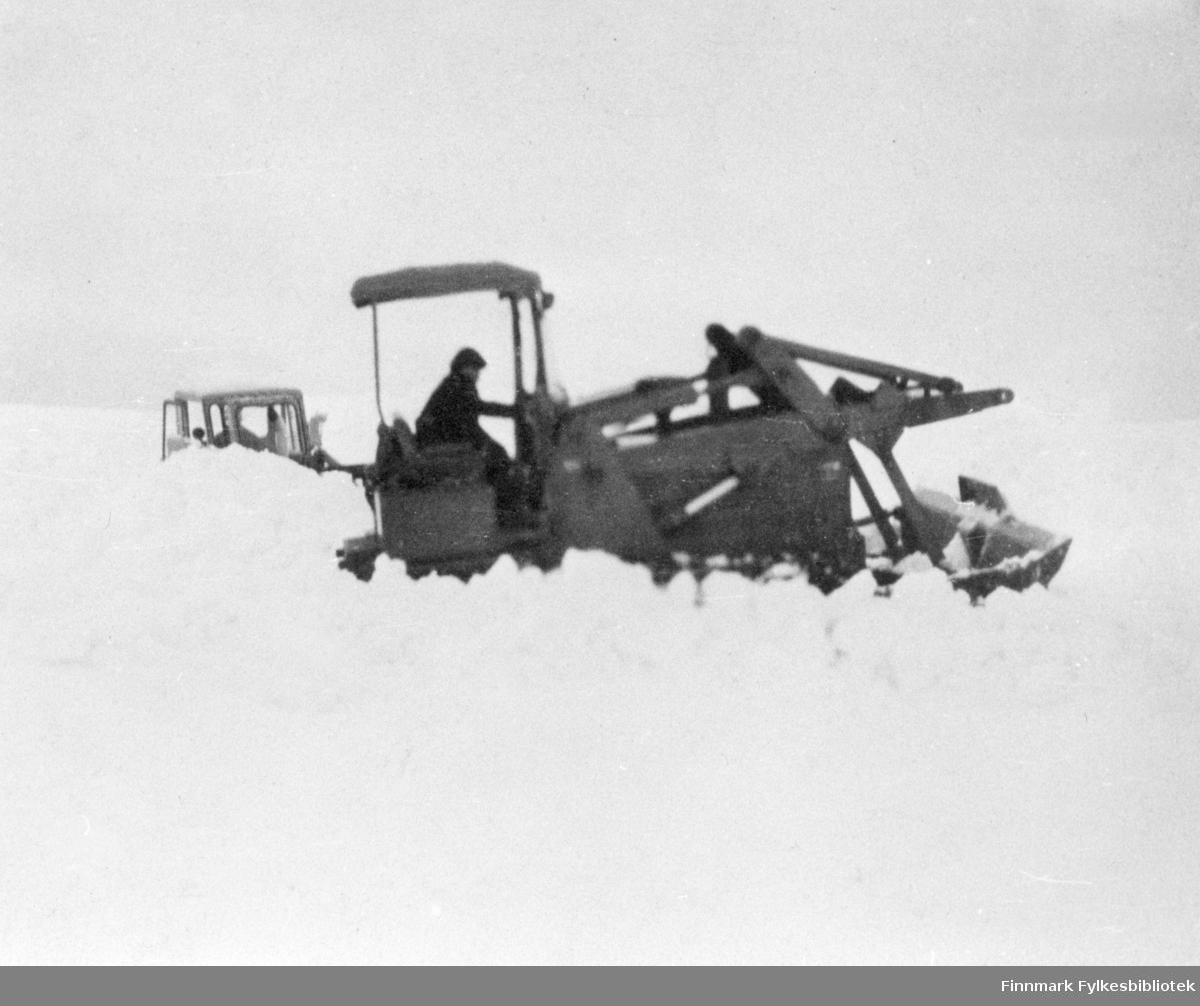 Åpning av r.v. 95 Honningsvåg-Nordkapp. På bildet ser man en traktor som måker snø.