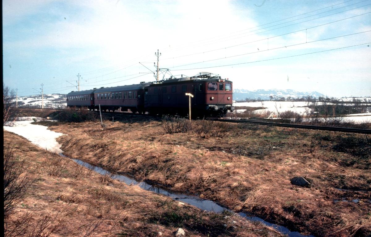 SJ persontog fra Stockholm med lokomotiv type Ma på vei inn mot Storlien stasjon.