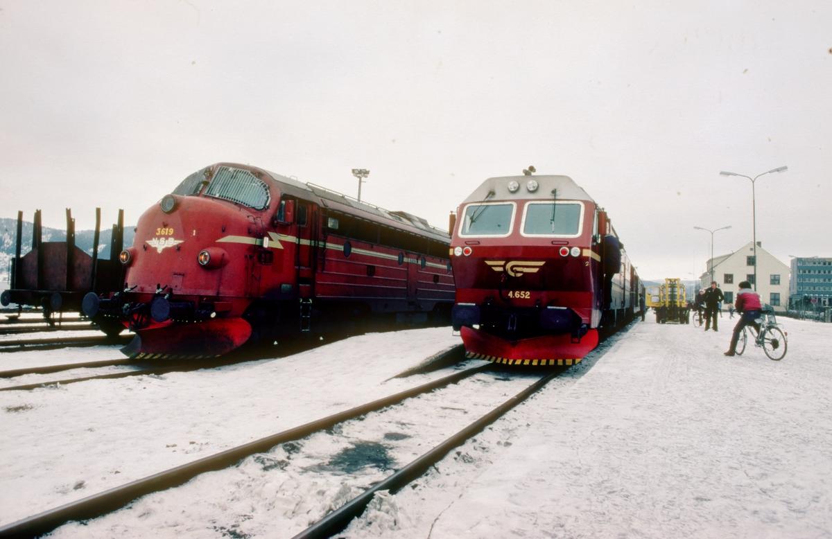 Lokbytte i Mo i Rana. De nye dieselelektriske lokomotivene type Di 4 fikk den første tiden ikke kjøre lenger nord enn Mo. Det ble derfor byttet lokomotiv der. Di 3-loket har trukket toget fra Bodø, og 4'ern overtar. Tog 452.
