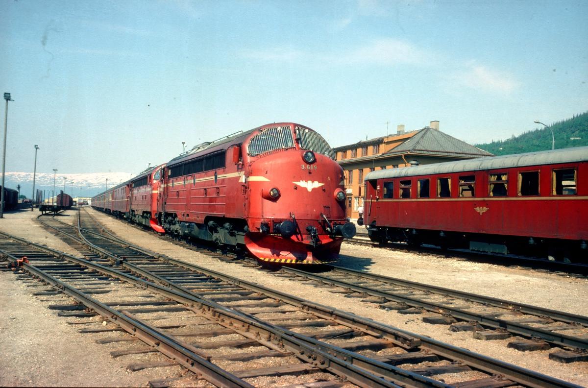 Sørgående dagtog, tog 452, i Mosjøen med to lokomotiver type Di 3. Til høyre motorvogn type 86 som gikk i lokaltog Mo i Rana - Mosjøen - Mo i Rana.