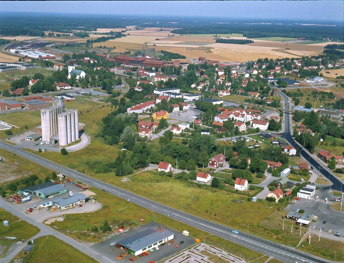 Flygbild över Heby samhälle, Västerlövsta socken, Uppland år 1975