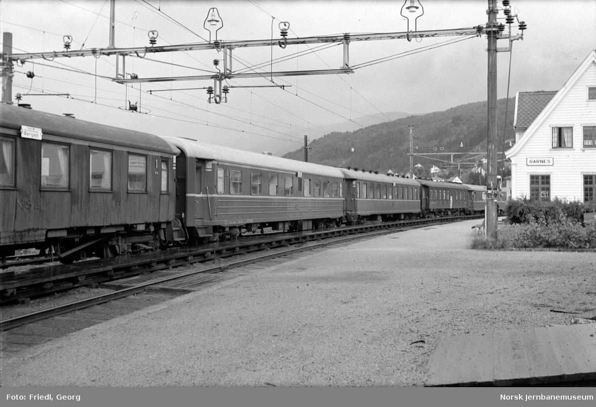 Garnes stasjon med dagtoget i spor 2