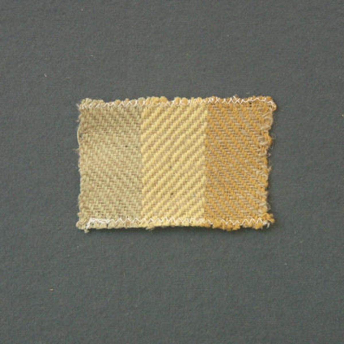 Prov till gardin vävd i kypert. Provet har bomullsgarn i varp och hampgarn i inslag.