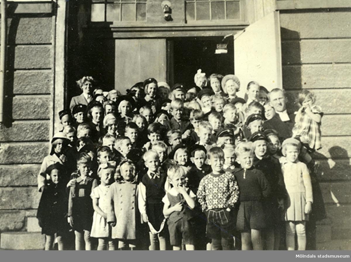"""Söndagsskolan i Krokslätt, år 1943 ? Prästens namn är Thobiasson. En av """"fröknarna"""" var Gerd från Mångatan..  Numret """"27 68 36"""" står också bak på fotot."""