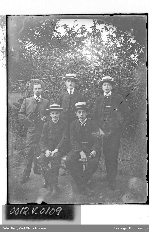 Unge menn med hatt