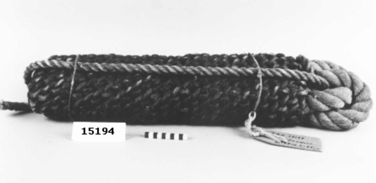 Två tjocka virade rep, bestående av tre mindre, virade rep, är lagda dubbelt mot varandra. Runt detta är en platting slagen täckande merparten av fenderten. Den ände av tågvirket som lämnats oklätt av platting, bildar en ögla i vilket ett rep är trätt.