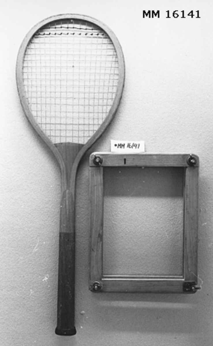 Spännram bestående av rektangulär dubbel ram med spännskruvar i varje hörn. I spännramen sättes ett tennisrackets träbåge för att ej bli snded då den ligger oanvänd.