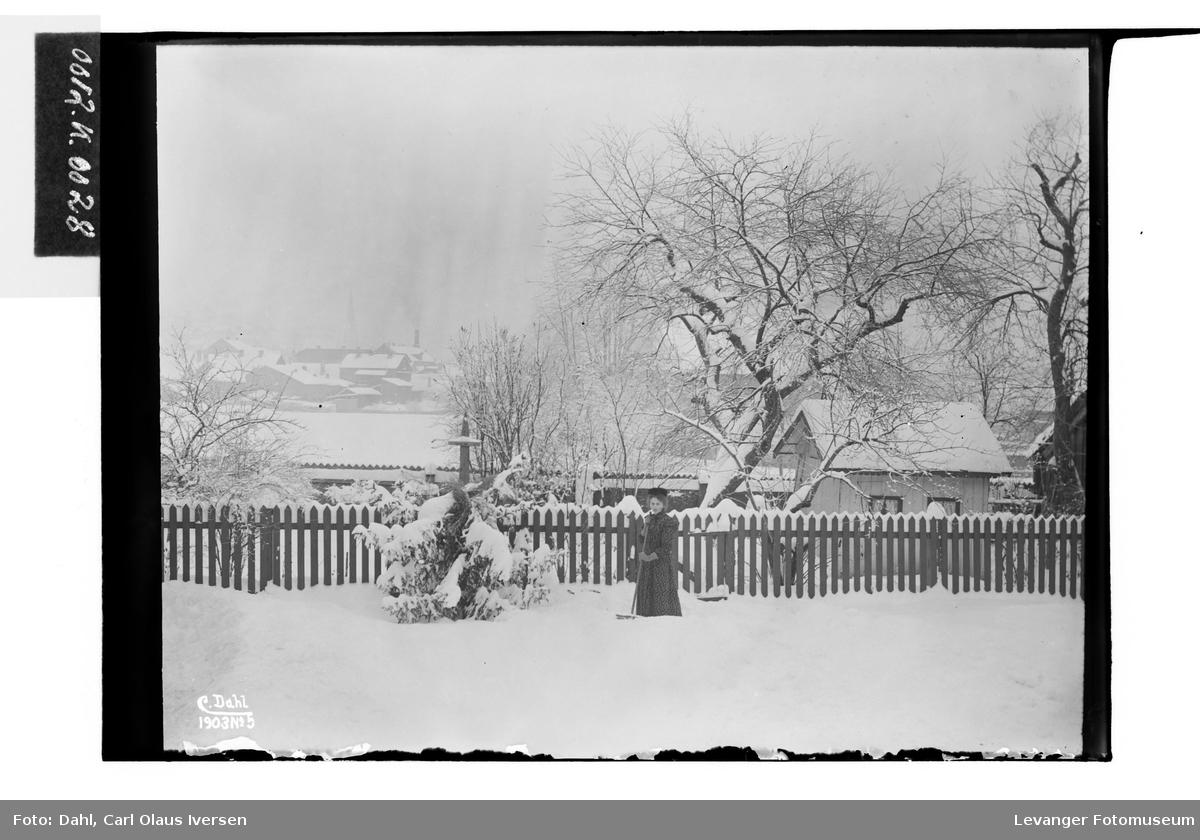 Mary Hutchsinson måker snø