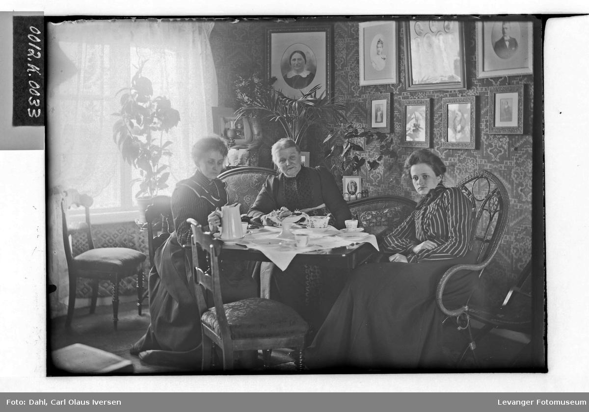 Mary og søsteren Kate sammen med moderen hjemme i Drammen