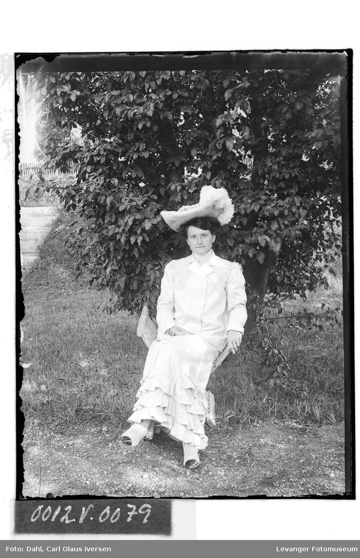 Sittende kvinne med hatt