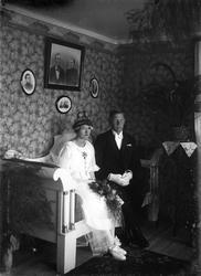 Brudpar fotograferat i hemmiljö