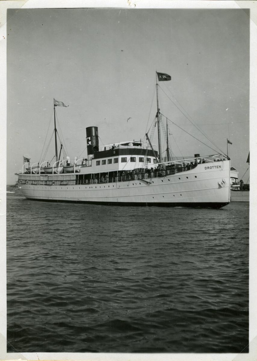 Fartyg: DROTTEN                        Bredd över allt 9,38 meter Längd över allt 55,81 (pp) meter Reg. Nr.: 7434 Rederi: Ångfartygs AB Gotland Byggår: 1928 Varv: Oscarshamns MV Övrigt: DROTTEN Reg nr 7434, 55,81 x 9,38 m, 1000 ihk, 846 brt, 571 nrt. Byggdes 1928 av Oskarshamns MV och levererades 1.4 1928 till Ångfartygs AB Gotland i Visby. Drotten trafikerade såväl Kalmar som Stockholm och gick året runt. Kalmarlinjen nedlades 1941-1945 p g a krigsförlisningsrisken och den trafik som bedrevs gick i konvojer till Gotland från Stockholm. Isvintrarna 1941 och 1942 blev svåra för sjöfarten och Drotten var nära att skruvas ned av isen 5.3 1942 vid Landsort. Såldes 1964 till Rederi AB Vikinglinjen och insattes på linjen Stockholm-Mariehamn. Rederinamnet ändrades 1966 till Rederi AB Solstad. Drotten lades upp 1967 och låg som caféfartyg till den sedermera såldes till Algot Johanssons varv. Ombyggdes vintern 1975-76 till pråm vilken 1978 skrotades av Co-Ny Oy, Åmnifors. (Svensk Kustsjöfart 1840-1940)