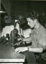 Skräddare i arbete ombord på kryssaren Göta Lejon, sept. 195