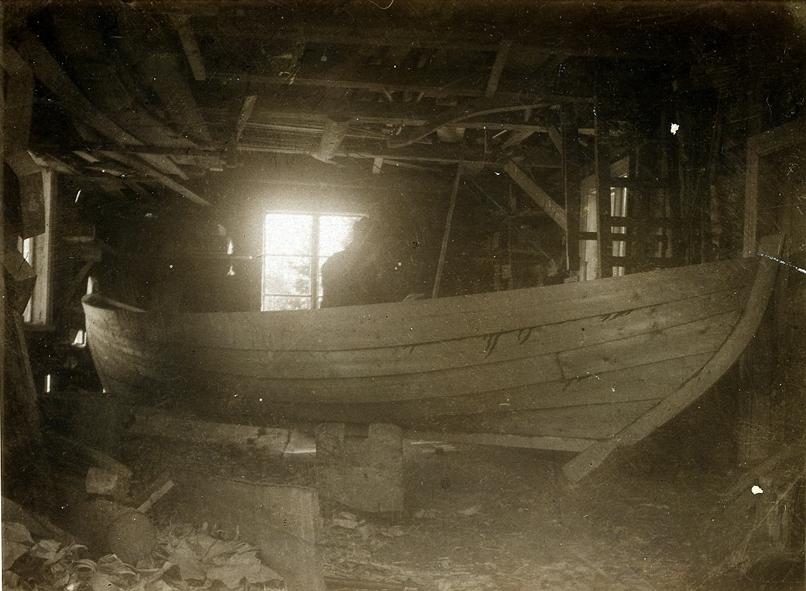 Jonas Pettersson bygger en färdbåt för persontrafik mellan Lungön och Härnösand  omkring 1927 för kommunens räkning. Fotot gåva av E.V. Pettersson, Lungön 1952.