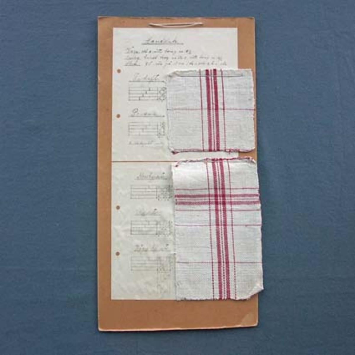 Prov till handdukar i flera olika tekniker med tillhörande vävsedel uppsatt på kartong.