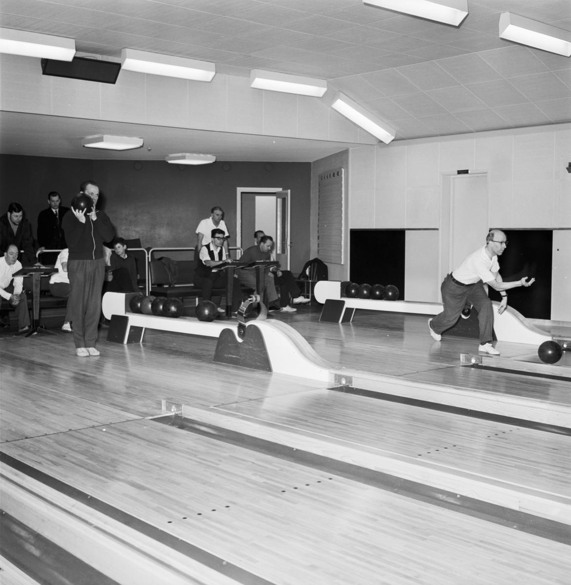 """Övrigt: Foto datum: 15/2 1964 Verkstäder och personal. Bergrummet bowling """"Varvet runt"""""""