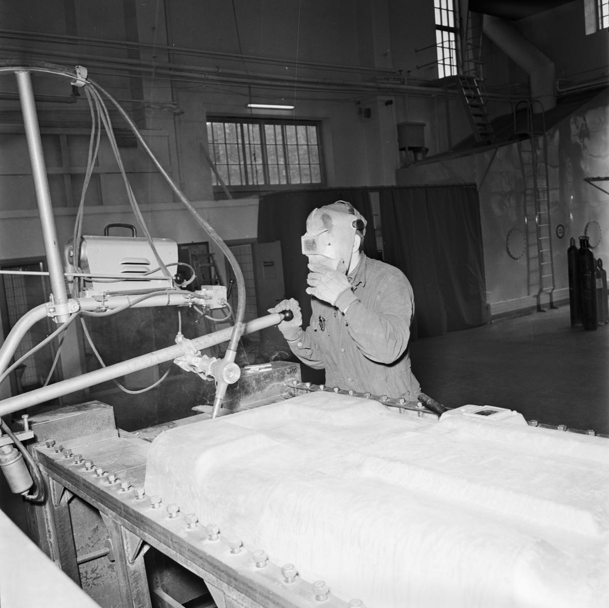Övrigt: Foto datum: 16/3 1964 Verkstäder och personal. Bilder till reklambroschyr (Myllenberg) svetsning, dykare i arbete plåtpressen. Närmast identisk bild: V28537, ej skannad