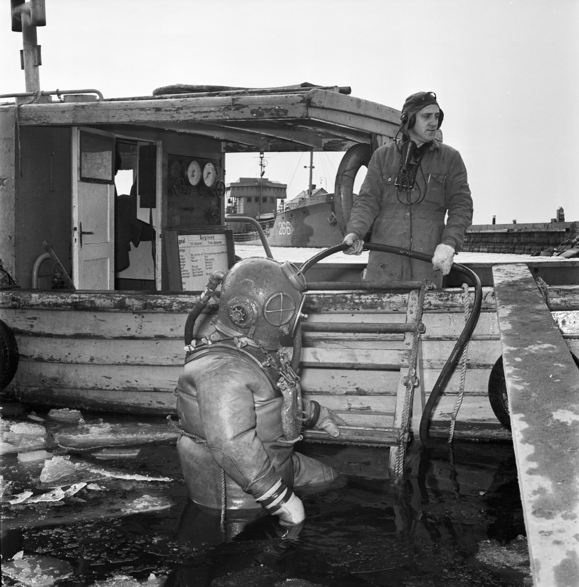 Övrigt: Foto datum: 16/3 1964 Verkstäder och personal. Bilder till reklambroschyr (Myllenberg) svetsning, dykare i arbete plåtpressen. Närmast identisk bild: V28540, ej skannad