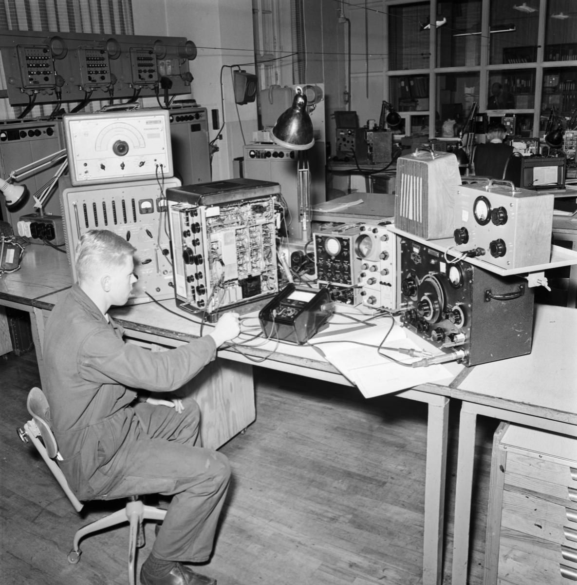 Övrigt: Foto datum: 27/1 1965 Verkstäder och personal. Radioutrustning. Närmast identisk bild: V32167 och V32168, ej skannad