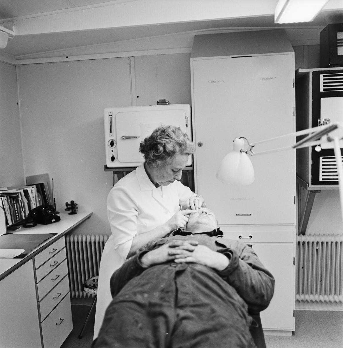 Övrigt: Foto datum: 17/11 1966 Byggnader och kranar Personalen på sjukreserven