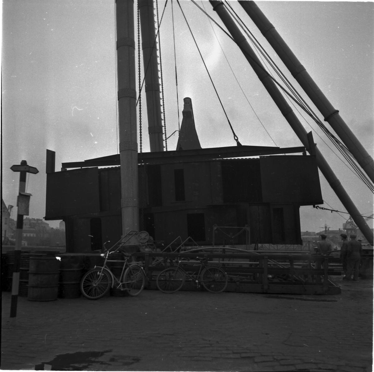 Fartyg: THULE                           Övrigt: Isbrytaren Thules Däckhus lyfts ombord.