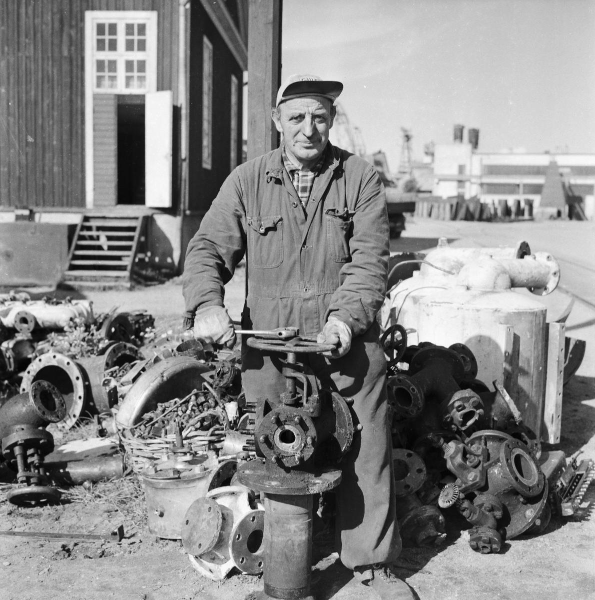 """Övrigt: Foto datum: 16/8 1956 Byggnader och kranar """"Varvet runt"""" pensionär. Närmast identisk bild: V9124, ej skannad"""