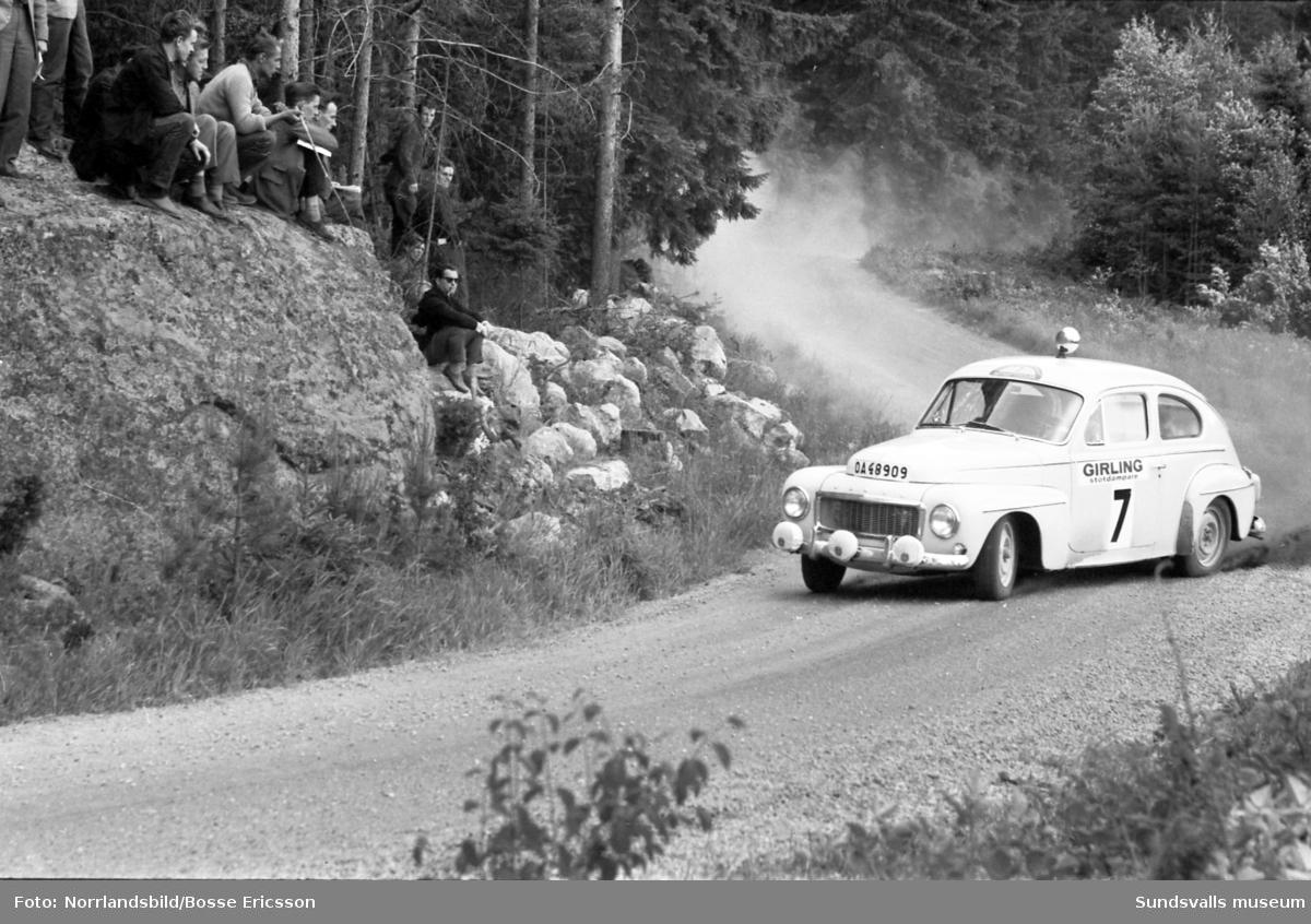 Midnattsolsrallyt, bilder från fartsträckan i Fränsta 1963.Midnattsolsrallyt kördes ursprungligen första gången 1950 och sista gången 1964. Året därpå började tävlingen köras vintertid och fick då namnet Svenska Rallyt. 2006 återupptogs traditionen med sommartävlingar och då fick deltagande bilar inte vara nyare än årsmodell 1975. Från och med 2013 är gränsen ändrad till årsmodell 1985.