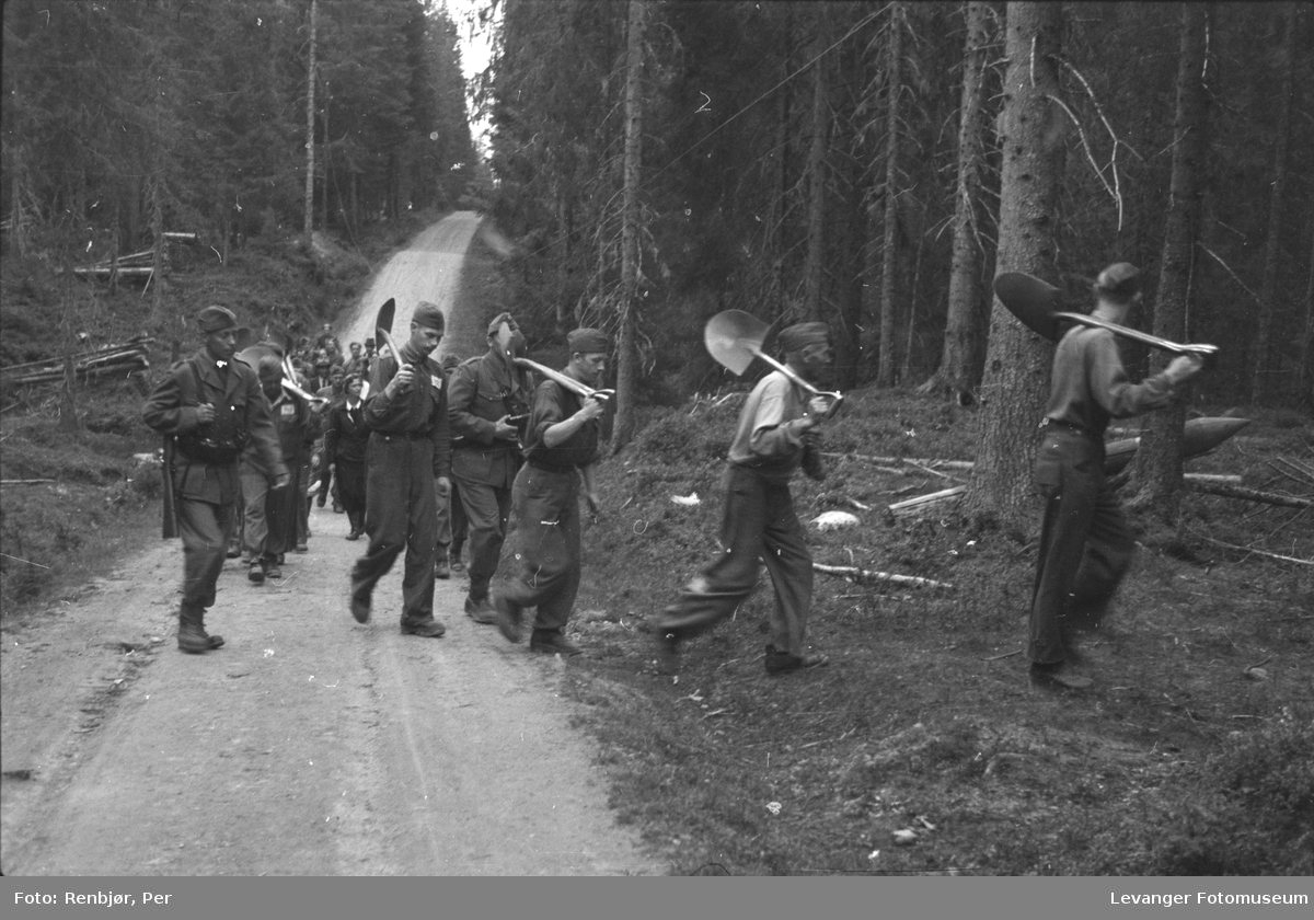Graver i krigsfangeleiren på Falstad, skal åpnes og mannskapet er på veg inn i Falstadskogen.