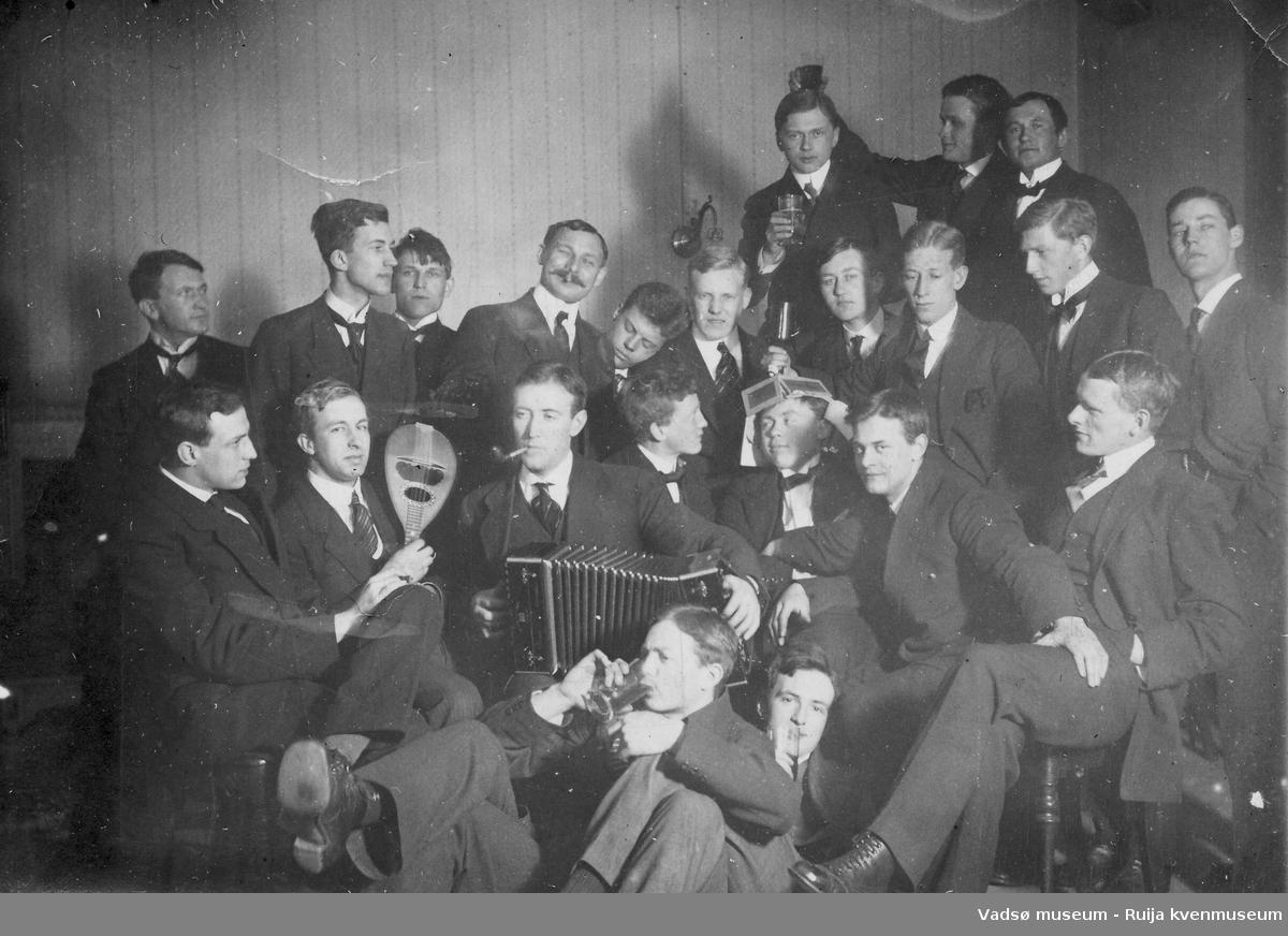 Stor gruppe menn i lystig lag. Musikkforeningen fremad? ca 1900-1930?