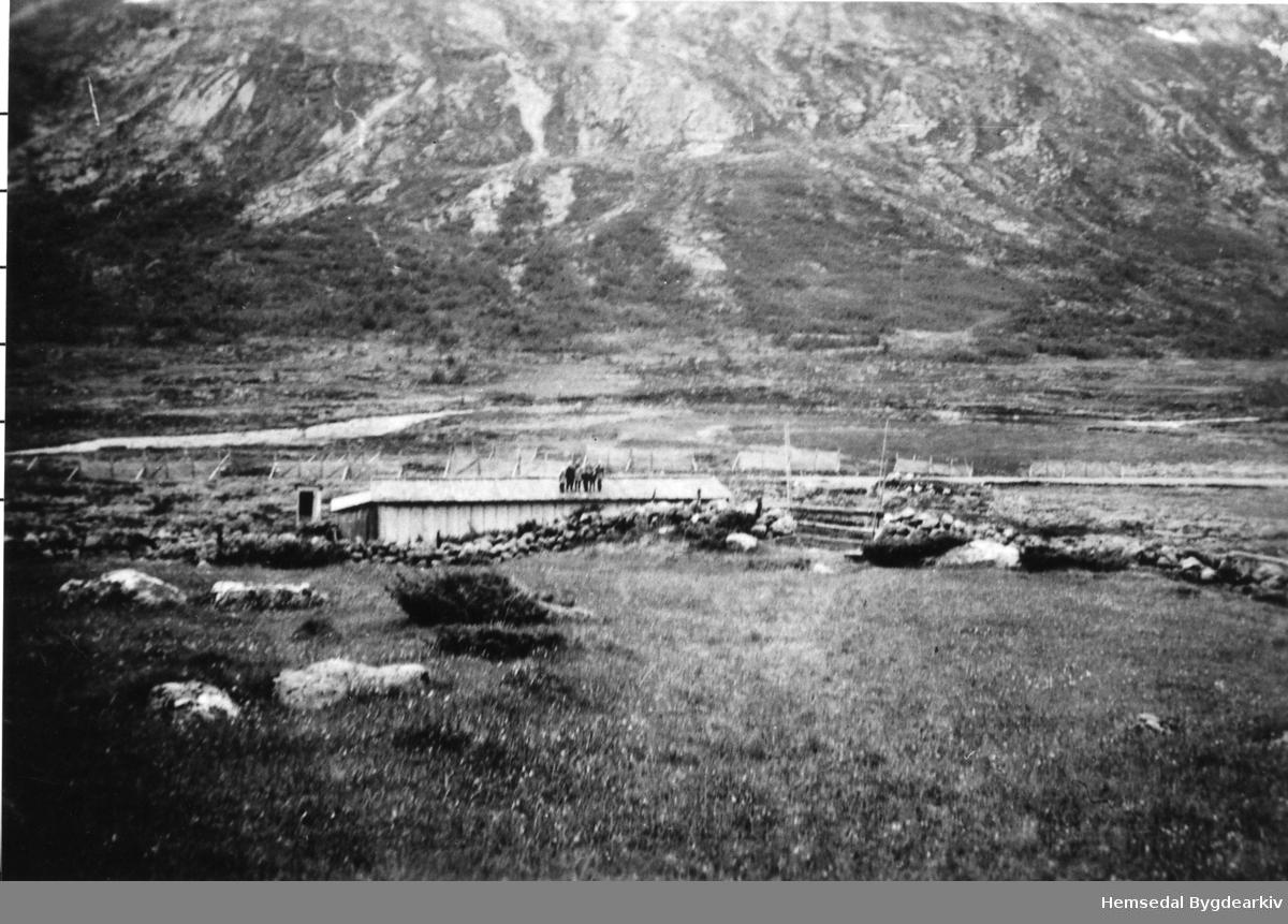 Ned for Hustadstølen i Mørkedalen i Hemsedal, ca. 1945. Vegarbeidsbrakke