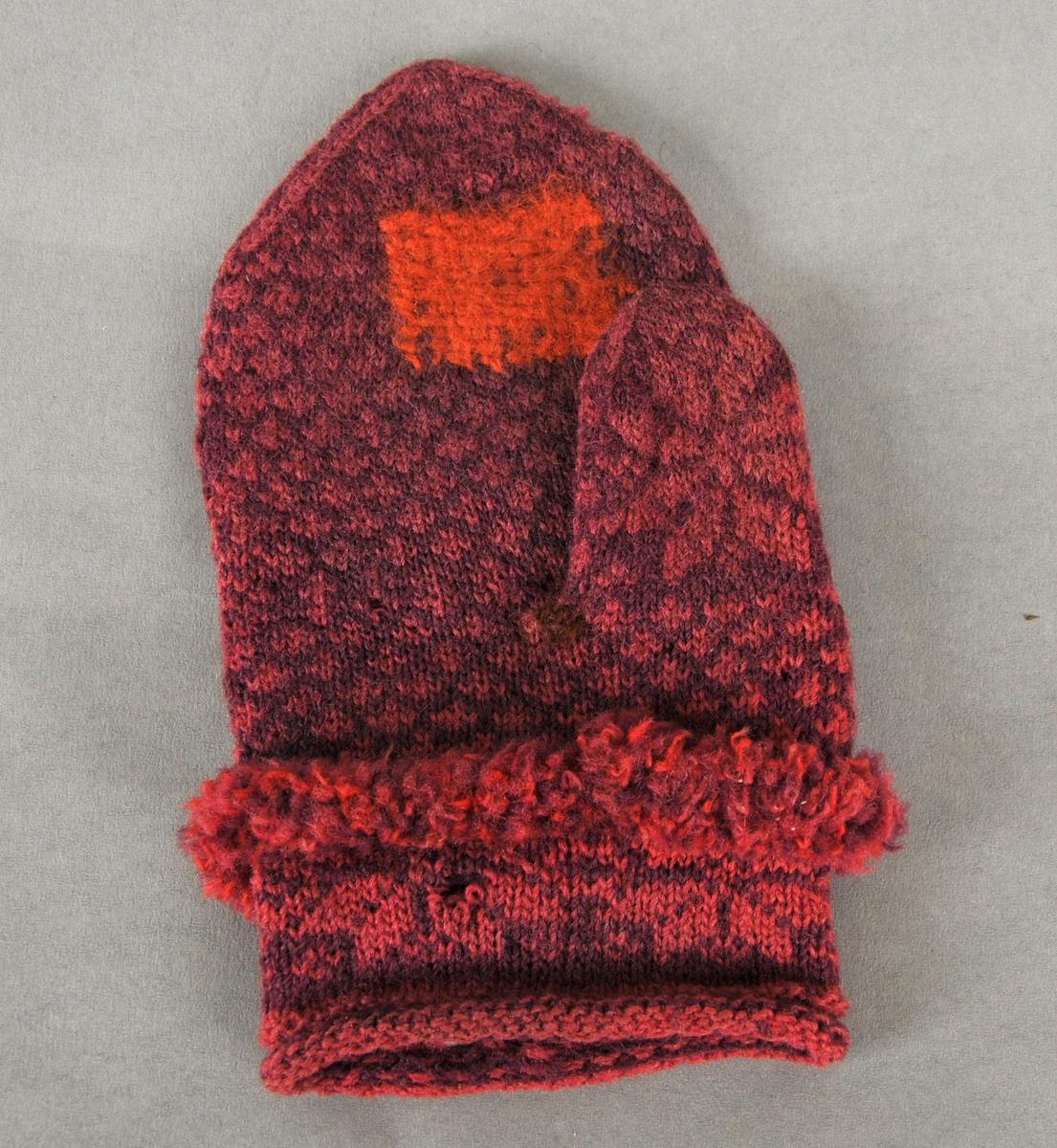 Strikka barne- eller kvinnevott i tynt, 2 tråds, fiolett og rosa ullgarn. Fire masker pr cm. Åttebladroser på handbaken, rundt handledd og på tommelen. Stoppa med orange og brunt ullgarn. Flosskant rundt handleen.