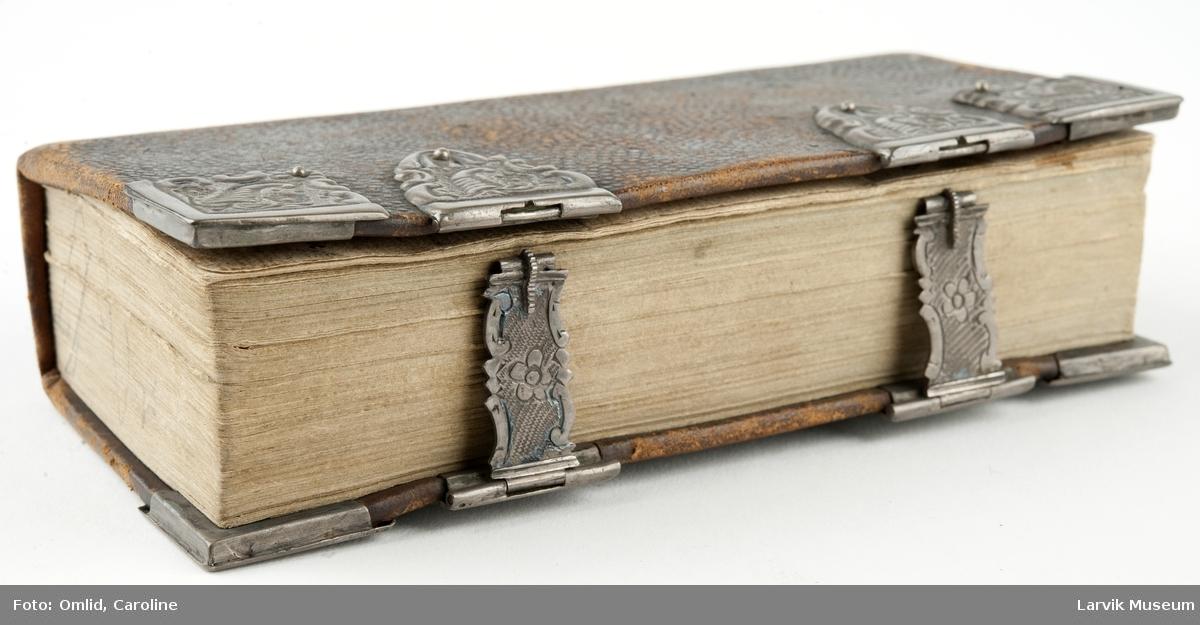 """Innbundet bok med elegante sølvbeslag og spenner 671 tekstsider. Tittelblad: """" Høegh-Guldbergs ...23 Februari 1795 heri Dynge ved Hougsund. Skrevet 1826"""""""
