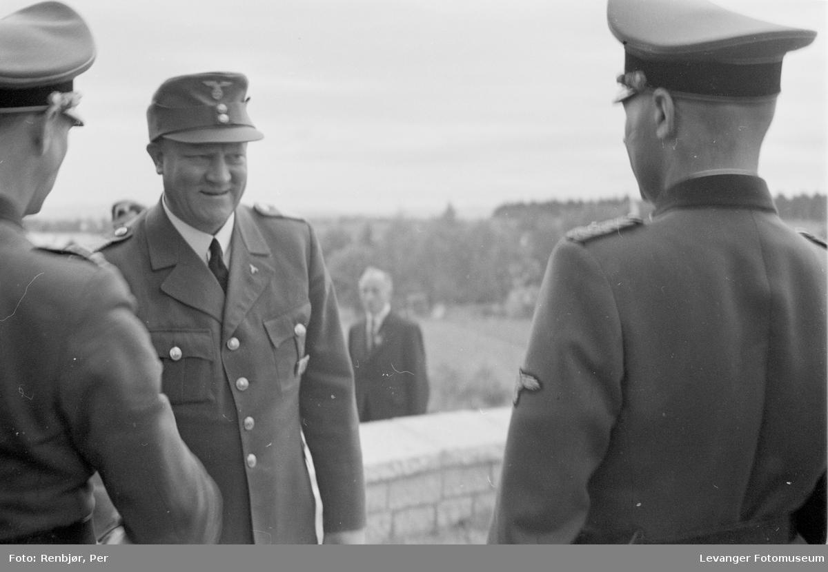 Fra Nasjonal Samlings stevne, riksmøte, på Stiklestad 1944. Quisling hilser på tyske offiserer.
