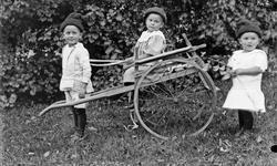Tre barn som leker