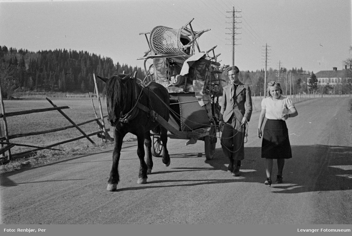 Familie evakuerer Levanger i frykt for bombing våren 1940.
