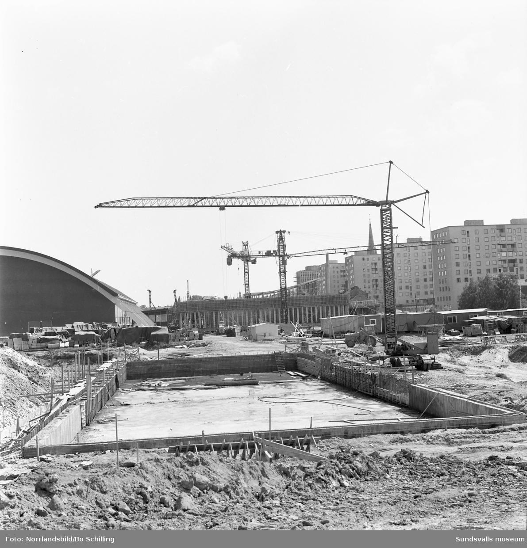 Byggnation av nya badhuset invid Sporthallen.