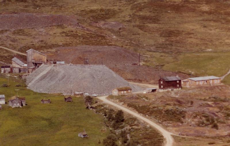 Bilde fra 1963 som viser utstrekningen på gråbergsvelta utenfor heismaskinhuset og taubanesentralen på Olavsgruva.