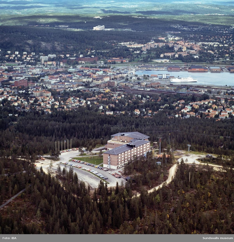 Flygbild över Sundsvallsbukten med Södra bergets hotellanläggning i förgrunden. I hamnen ligger en finlandsfärja.