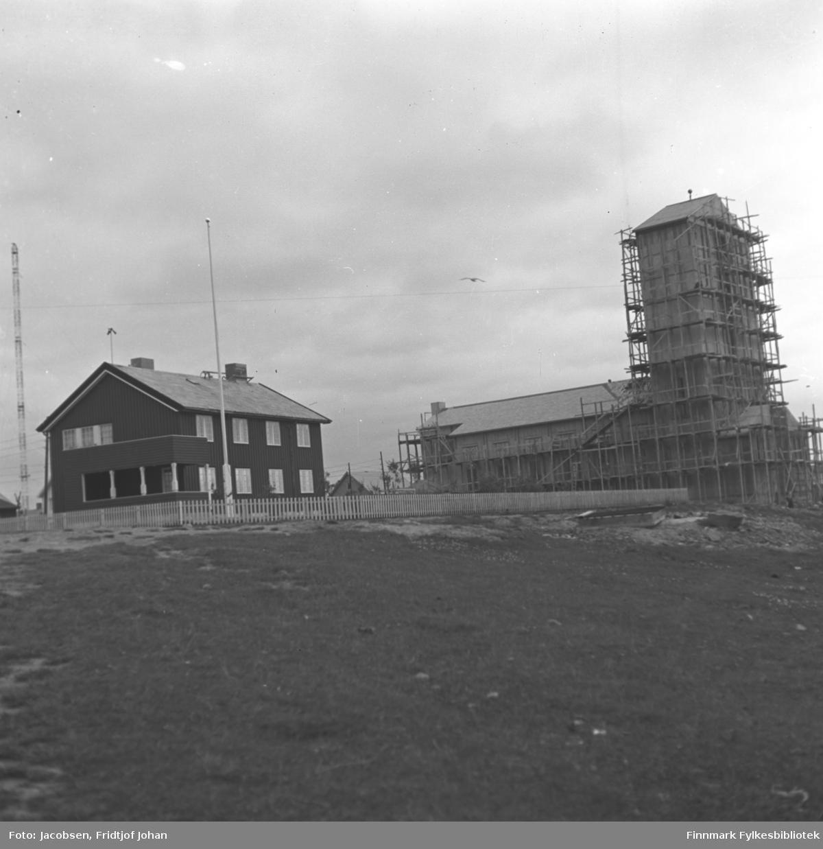 Bygging av det som sannsynligvis er Vadsø kirke, en langkirke i betong.