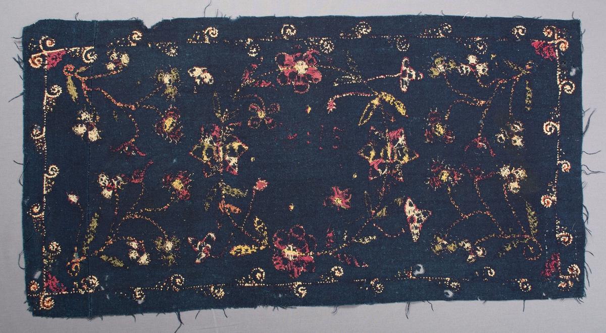 """Broderad dyna på indigoblå botten. Yllebroderiet är nästan helt bortnött, men man kan urskilja ett mitt-motiv med blomkrans försedd med årtalet 1815. Från de fyra hörnen växer blommor in mot mitten. Runt dynan löper en smal bård med snurror på. I hörnen på bården är hjärt-blommor broderade. Färger på broderiet: gult, vitt, grönt, rött och blårött. Varp och inslag:1-trådigt z-spunnet ullgarn. Varptäthet: 13 trådar per cm. Bottentyget är skarvat i ena sidan med en ca 13 cm bred remsa.Mycket rester av dun på baksidan. Märkt med Malpreparerad och 287 - 4 på två tygband. Svart tygetikett påsydd på baksidan från: """"C.O. Borgs Söners Fabriker Anl. i Lund 1739"""". På baksidan finns också en påsydd tyglapp med texten: """"A. No 100  Onsjö  Landstinget""""."""