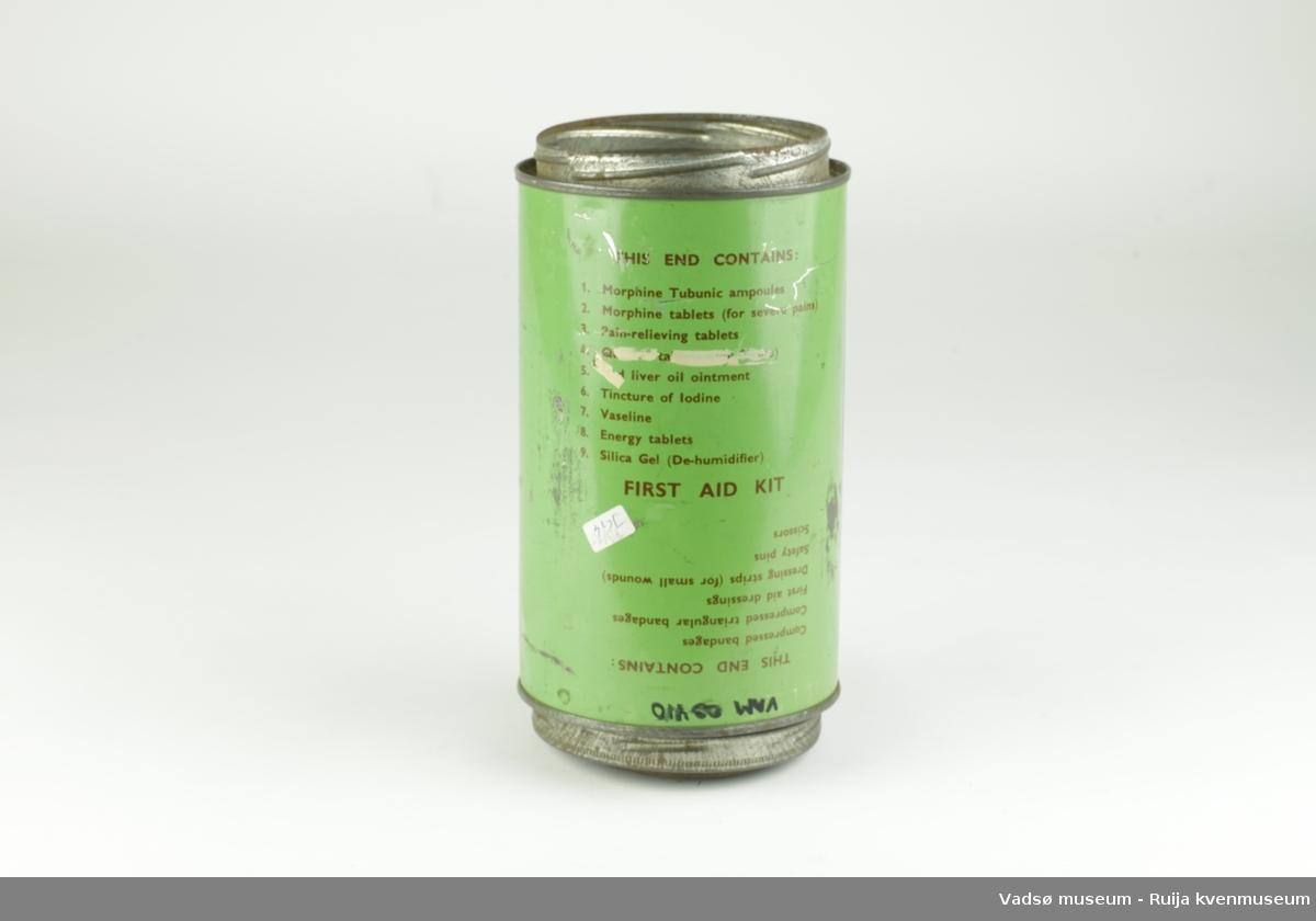 Førstehjelpboks fra andre verdenskrig. Sylinderformet, med mulighet for å åpnes i begge ender. Romdeler i form av metallrist i midten av sylinder. Det ene lokket mangler. Innholdsliste trykt på utsiden.