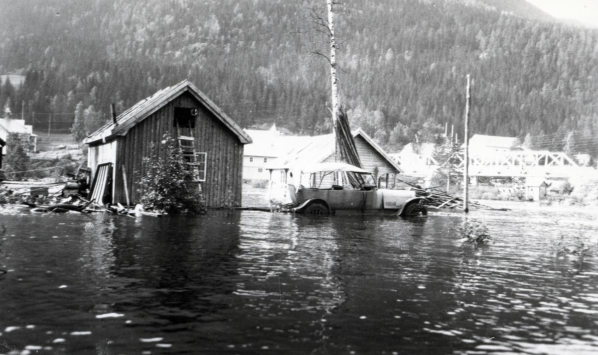 Bil og hus i vann. Flom på Fagernes