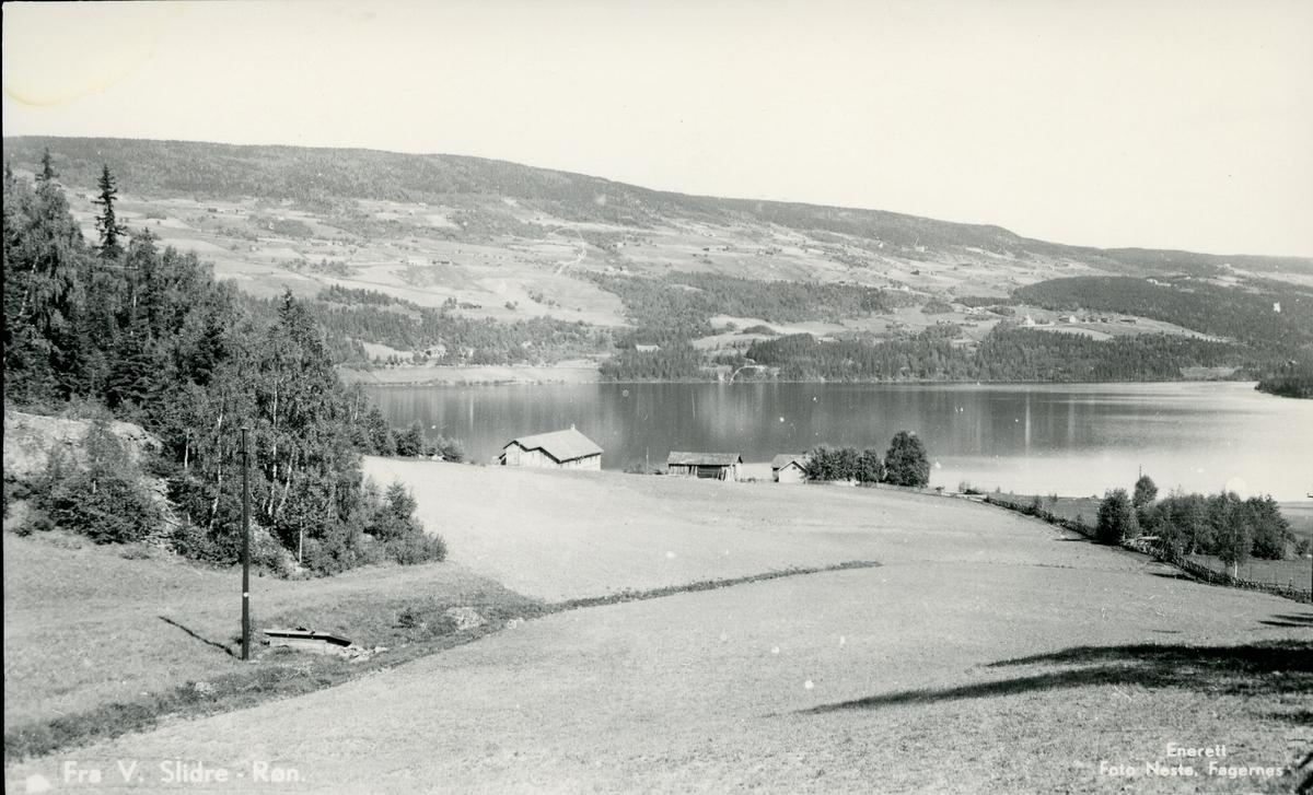 Jordbrukslandskap og bygninger ved Slidrefjorden.