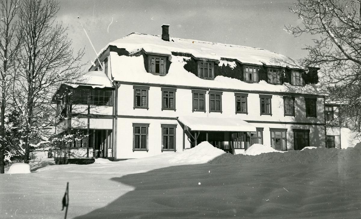 Vintermotiv av Heggenes hotell, Øystre Slidre, med arkitektur inspirert av bl.a. nybarokk og jugendstil