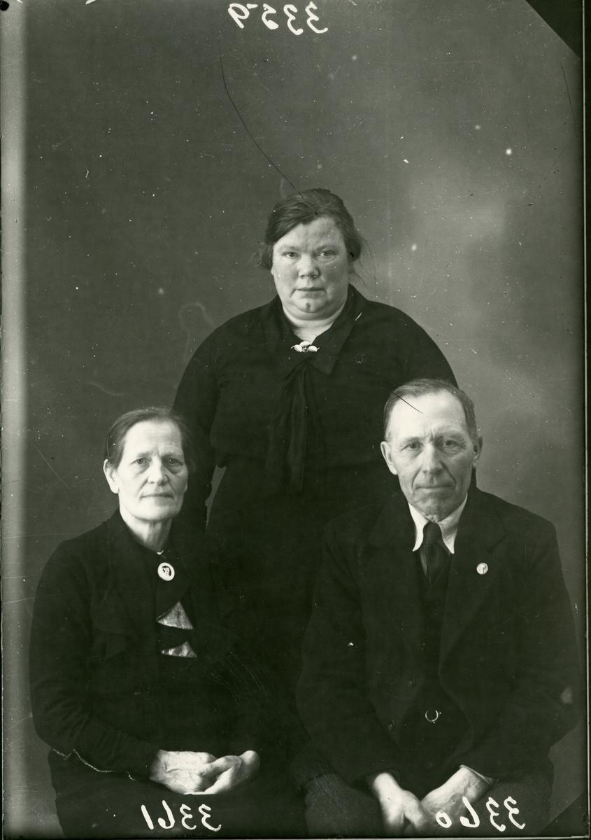 To kvinner og en mann, lerretbakgrunn