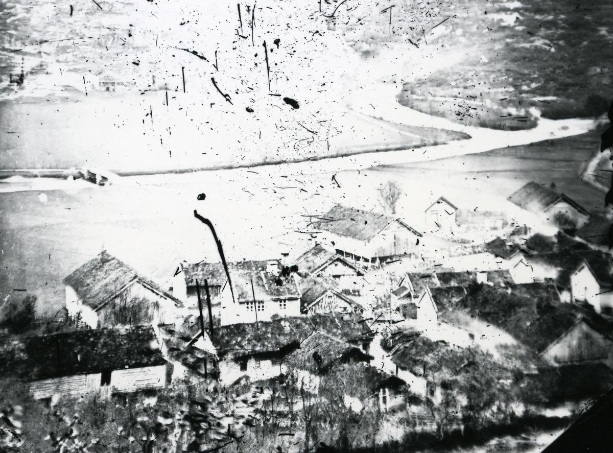 Gårdshus ved elv og vei. Klyngetun