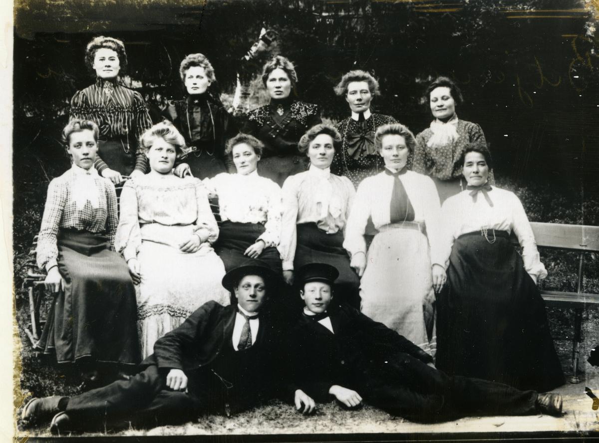 Ansatte ved Fosheim seter, 1907 Foran til venstre Tore Stavenjord, til høyre Nils Rognås. Til venstre i 1.rekke Ingebjørg Sørengen, helt til høyre Berit Pjåten, ved siden av henne Anna Hamarsnes. Nummer to fra venstre i 2.rekke Ragnhild Hamarsnes, til høyre for henne Marit Svingen